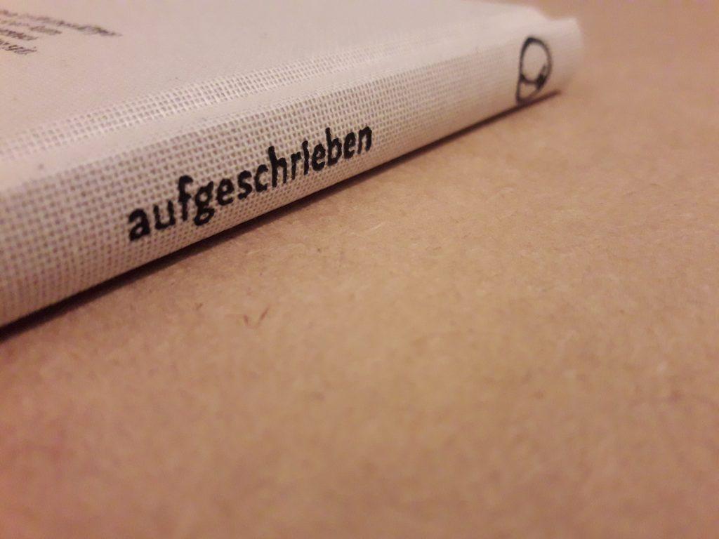 """Buchrücken mit dem Titel """"aufgeschrieben"""", Buch in hellem Leinen"""